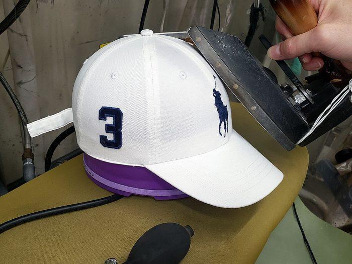 帽子専用仕上機で成型しながらプレス